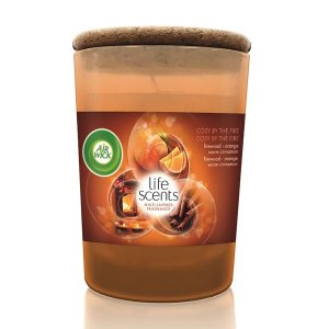 Air Wick Life Scents Cosy by the Fire sviečka 185g